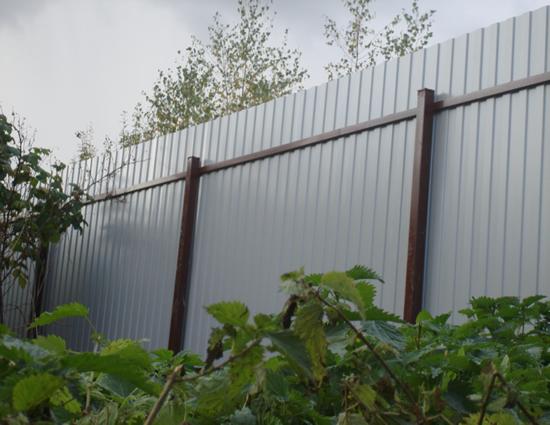 Фото: Готовый забор из профнастила 4