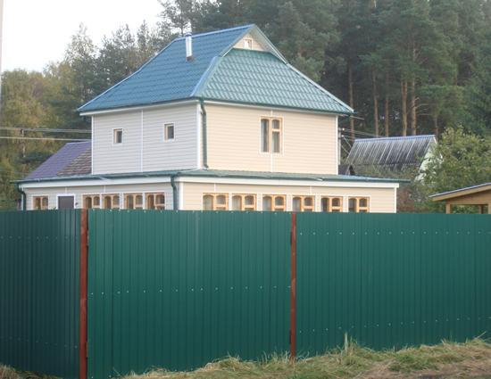Фото: Готовый забор из профнастила