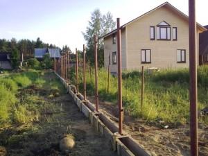 Фото: Установка столбов для забора из профнастила своими руками