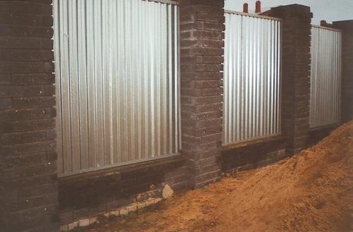 Фото: Забор из профнастила С21 (с покрытием цинк)