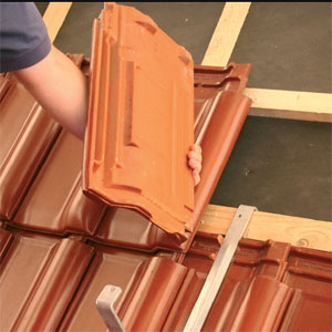 Фото: Монтаж керамической черепицы на крышу