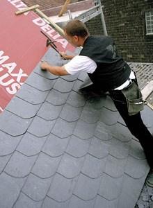 Фото: Монтаж сланцевой кровли на крышу