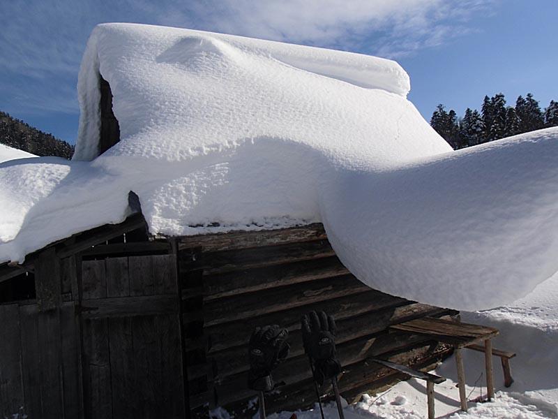 Фото: Очистка крыши от снега - как правильно чистить крышу?