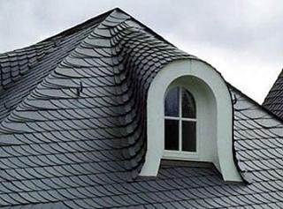 Фото: Укладка сланцевой кровли на крышу
