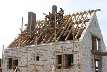 Фото: Возведение крыши дома
