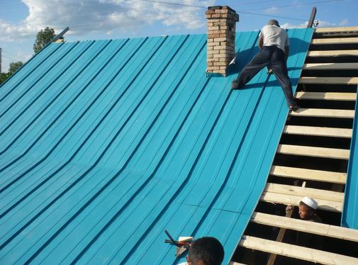 Фото: Крыша из фальцевой кровли при ремонтных работах