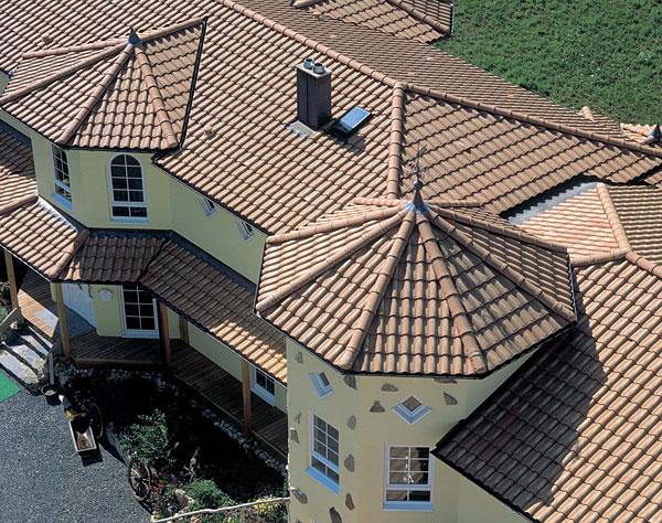 Фото: Керамическая натуральная черепица на крыше дома