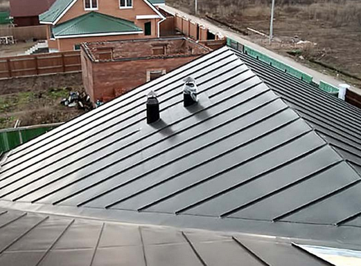 Фото: Листовая кровля на крыше дома
