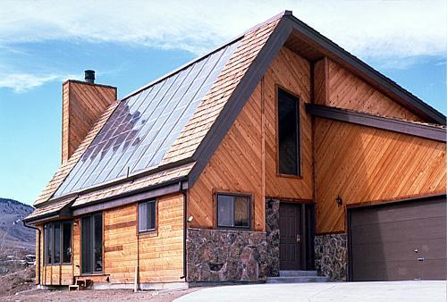 Фото: Солнечные батареи на кровле дома - современная кровля